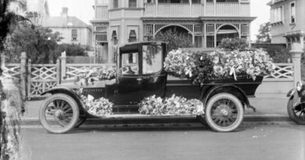 This Is A Picture Of A 1920 S Hearse Back In The 1920s They Had A