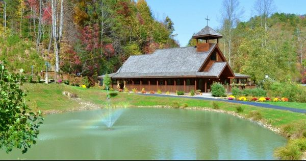The little log wedding chapel near arts and crafts for Arts and crafts gatlinburg tn