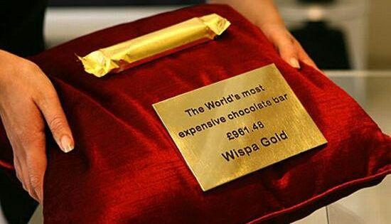 Wispa Gold هي أغلى أنواع الشوكولاتة في العالم تكلفة القطعة الواحدة 1300 دولار ملفوفة بأوراق الذهب حتى تتمكن م Expensive Chocolate Wispa Chocolate Bar