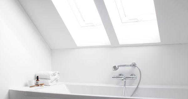 Prachtige oplossing voor jouw badkamer onder het schuine dak met velux dakramen beeldige - Badkamer onder het dak ...