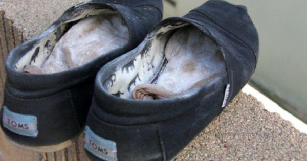 3 astuces simples pour chasser les mauvaises odeurs des chaussures trucs et astuces des - Comment enlever l odeur des chaussures ...
