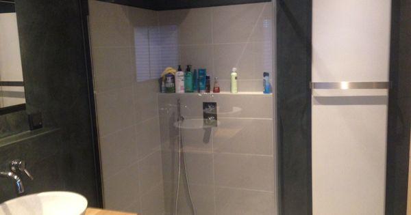 Design badkamer in denhaag alleen de douchehoek is betegeld alle muren zijn afgewerkt met - Model badkamer betegeld ...