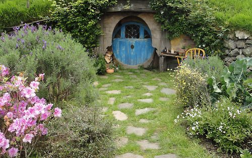 Round blue door in underground hobbit house root cellar for Porta hobbit