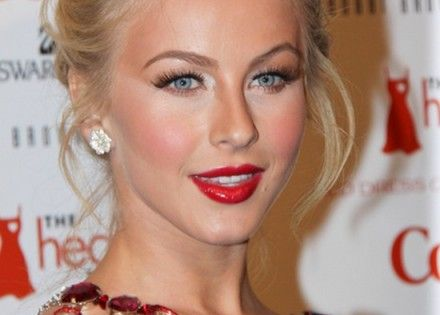 Julianne Hough S Hairstyle With Dazzling Updo Makeup