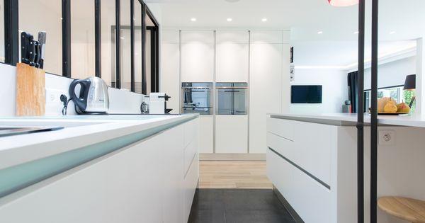 une cuisine blanche qui a de l 39 allure sk concept la cuisine dans le bain architecte d 39 int rieur. Black Bedroom Furniture Sets. Home Design Ideas