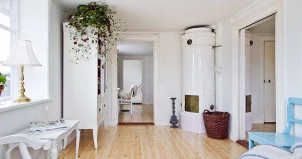 Vigas en el techo suelo de madera clara piel de cordero en - Muebles estilo rustico moderno ...