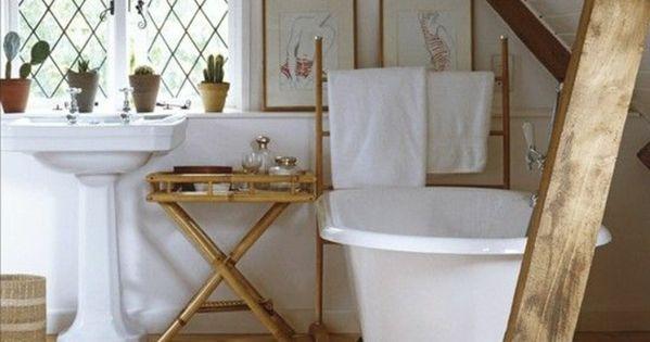 wei e badewanne h lzerne bretter kleines bad ideen f r dachschr ge badezimmer pinterest. Black Bedroom Furniture Sets. Home Design Ideas