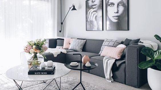 Een grijze woonkamer inrichten zonder dat het saai wordt kies voor een favoriete kleur waarmee - Deco gezellige lounge ...