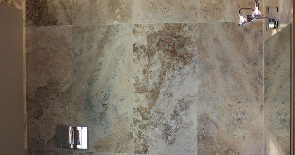 FOTO 6: Le pareti di questo bagno sono rivestite con mattonelle di ...