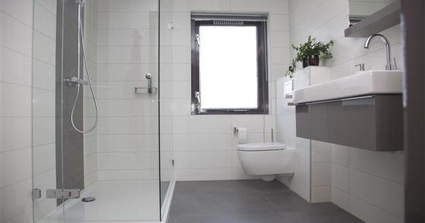 Strakke lijnen tekenen deze bijzonder fraaie badkamer de asymmetrische indeling van de spiegel - Badkamer indeling ...