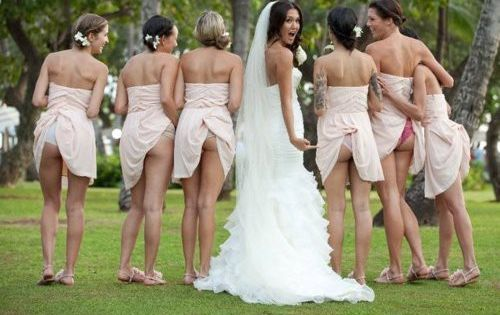 funny wedding pictures, bridesmaid butts- i can't stop giggling