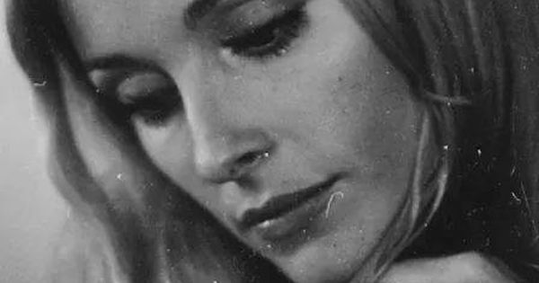 Sharon Tate A Rare Shot Of Her Wearing Her Wedding Ring