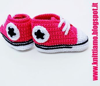 Scarpe stile converse per neonati con l'uncinetto