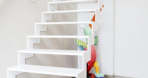 Stalen trap met corian treden en strakke armleuning langs de muur door corian te gebruiken voor - Deco woonkamer met trap ...