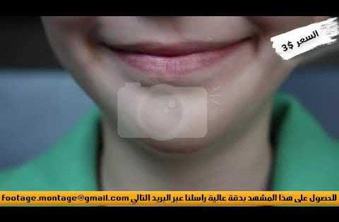 مشهد إقتراب الكاميرا من نصف وجه طفل يبتسم لأعمال المونتاج 8624560