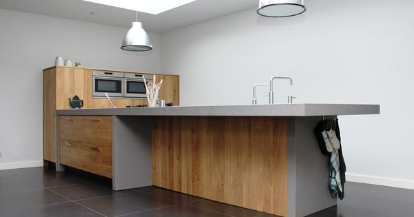 Modern eiken keuken. prachtig schiereiland met veel opbergruimte ...