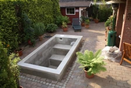 This Basic Small Pool Structure Is One Most Diyers Can Complete Visit Www Custombuiltspas Com For The Poolbau Kleine Hinterhof Pools Garten Pool Selber Bauen