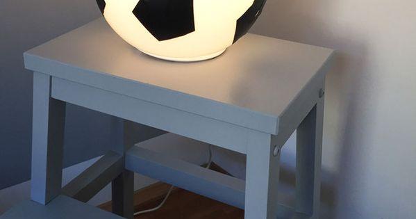 dieser ikea hack mit der ikea fado lampe ist ein echter hingucker im fu ballzimmer. Black Bedroom Furniture Sets. Home Design Ideas