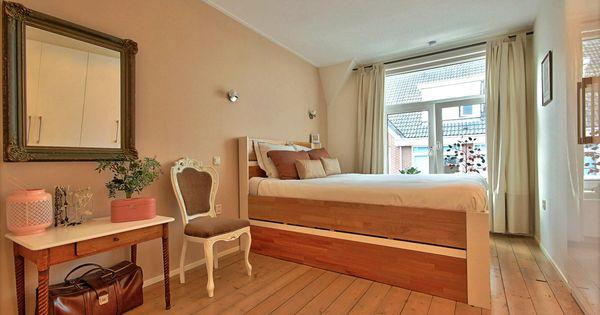 Master bedroom - hoog bed met daaronder veel opbergruimte ...
