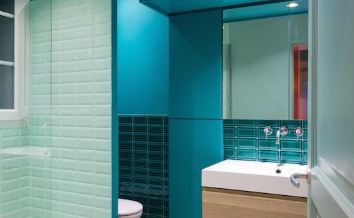 Bathroom with blue tiles and paint in wooden flour salle for Salle de bain bleu turquoise