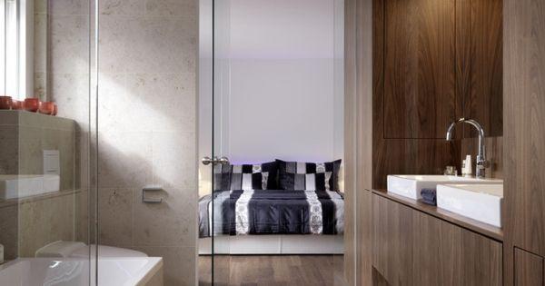 offenes-badezimmer-glastuer-schlafzimmer-badewanne-holz-schrank - badewanne im schlafzimmer