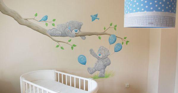 Me to you beertjes muurschildering rondom een tak met vogels voor in de babykamer van een - Deco muurschildering ...