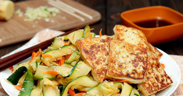 Vegan sesame miso zucchini noodles with crispy tofu - a healthy way