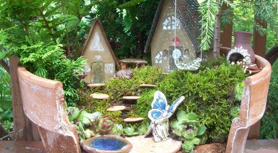 Miniature Gardens & Outdoor Craft Ideas / Broken clay pot fairy garden