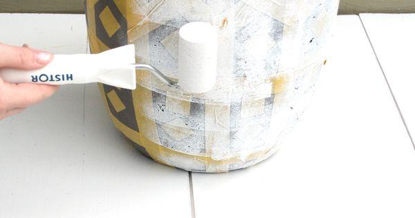 Stap 6: Rol dan de verf over de pot heen. Zorg er wel voor dat je niet ...
