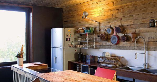 Una casa sustentable con detalles de dise o for Revestimiento cocina rustico