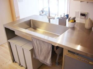 背面収納にゴミ箱も収納してスッキリ システムキッチン 流し台