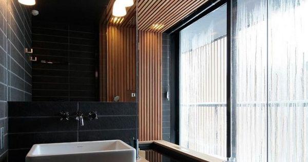 salle de bain noir et bois avec plafond bois, revêtement de sol ...