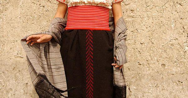 Traje t pico de mujer otomi o numhu m xico trajes for Tapetes anudados a mano