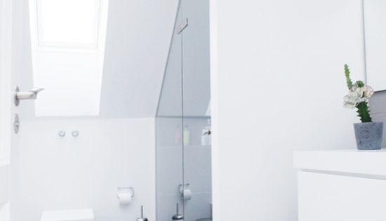 Douche onder schuin dak bathroom badkamer mini pinterest grey bathrooms scandinavian - Tub onder dak ...