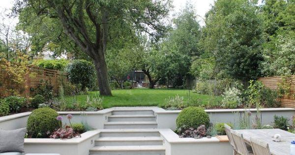 Terrassierter garten zum teil mit betonplatten belegt for Gartenidee hanglage