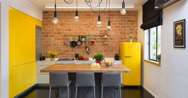 ארונות המטבח תוכננו בצורת האות ר': על קיר הלבנים ...