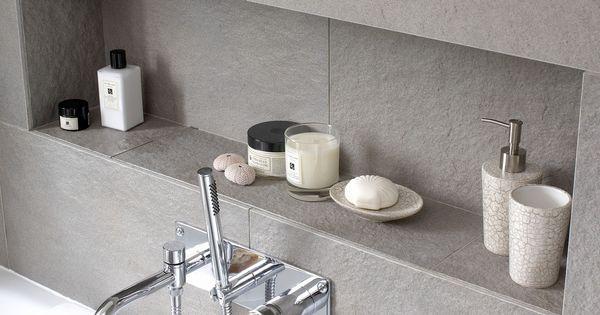 Nische im Badezimmer mit Fliesen grau. Fliesen Badezimmer