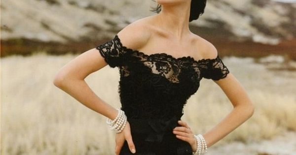Shalom Harlow in black lace. Classic.