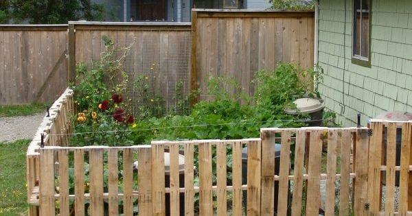 cl ture basse en palettes de bois autour d 39 un petit jardin. Black Bedroom Furniture Sets. Home Design Ideas