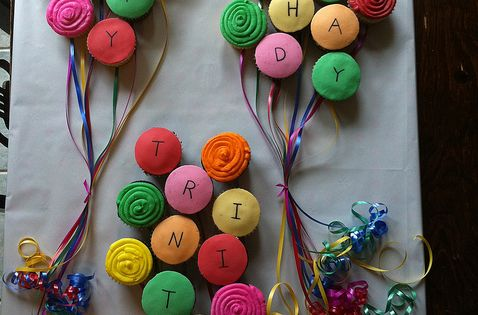 easy creative birthday cupcake designs | These happy birthday balloon cupcakes are