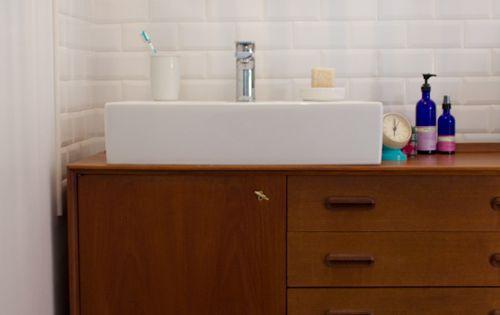 une salle de bain retro