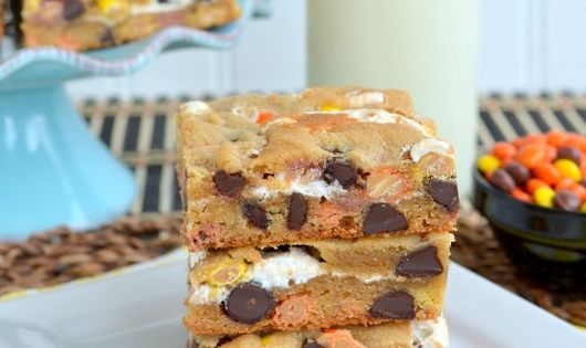 for the national Blonde Brownies day: delicious Marshmallow Reeses Blonde Brownies recipe
