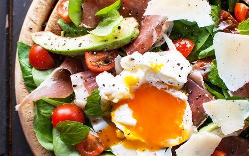 Salade de jambon fumé, tomates, œufs, fromage, avocat et mâche. HealthyEggMeals