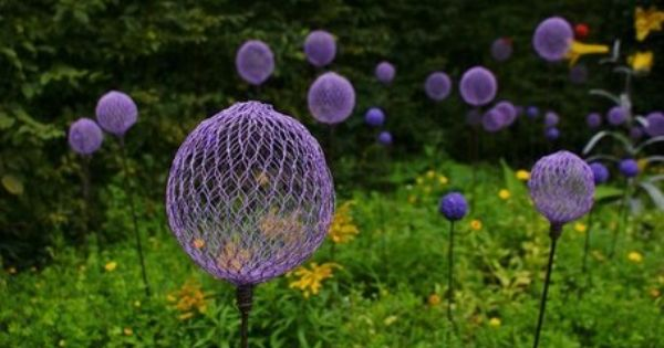 CHICKEN WIRE & SPRAY PAINT. what a cute garden idea!