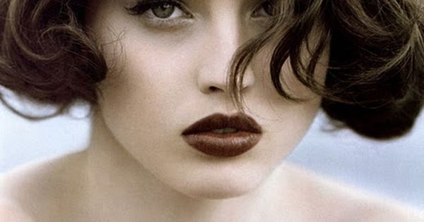 Dark lips and a wavy bob. Sexy and gorgeous.