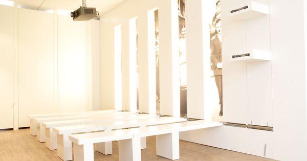 Opklapbare banken in de presentatieruimte van het volksbuurtmuseum max ontwerp meubels - Ontwerp banken ...