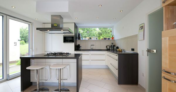 Schwarz-Weiss Küche mit Kochinsel und Barhockern Küchen Pinterest - k che wei matt grifflos