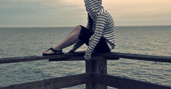 فتاة آسيوية جالسة على البحر منتظرة Lonely Girl Girl Pictures Love Wallpaper