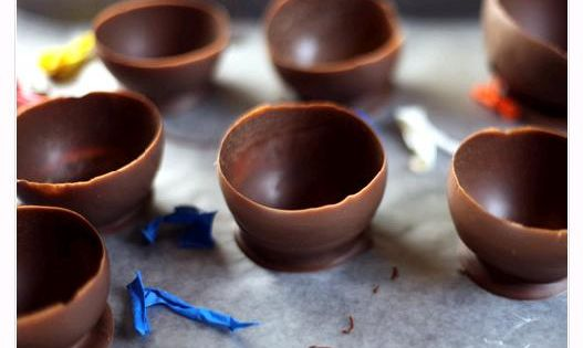 great idea! Make your own chocolate cups. Looks like make water balloon,