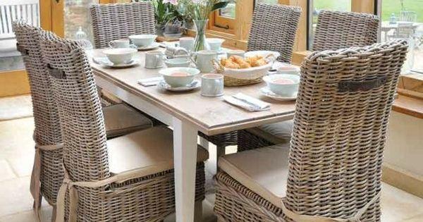 Des chaises en osier dans les salles manger de for Table et chaise en osier